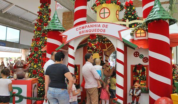 Crianças e adultos visitam a decoração de natal do plaza shopping